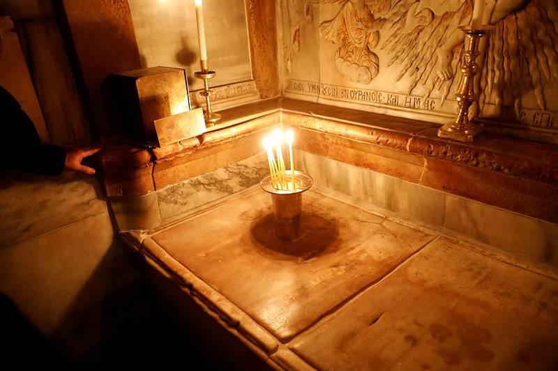 La tumba de Jesús, según la tradición cristiana, dentro del Edículo de la Iglesia del Santo Sepulcro, en Jerusalén. Foto: Reuters.