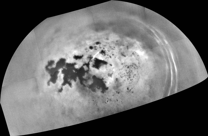 Los mares y lagos de la región polar norte de Titán. Imagen tomada por la sonda Cassini el 17 de Febrero de 2017, a una distancia de 242,500 km.