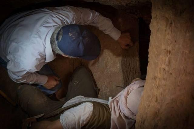 Miembros de la misión arqueológica observan la cámara funeraria de Shemai, a dos metros y medio bajo tierra.