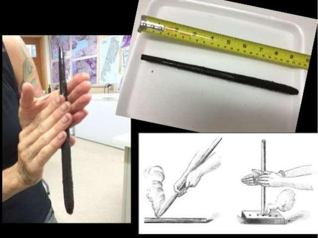 Alisha Gauvreau sostiene una herramienta de 6.000 años de antigüedad hallada en el lugar y utilizada para hacer fuego.