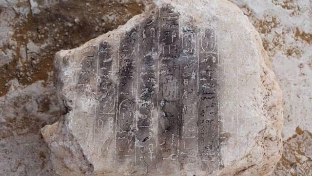 En las paredes había 10 líneas de jeroglíficos, pero el Ministerio de Antigüedades egipcio dijo que los trabajos podrían llevar a más descubrimientos.