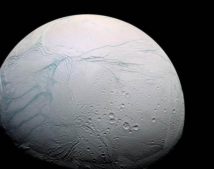 Encélado es el sexto satélite más grande de Saturno con unos 500 km de diámetro. Está cubierto por una capa de hielo reciente y limpio que refleja casi toda la luz solar que incide sobre él, por lo que la temperatura superficial solo alcanza los –198 ℃ al mediodía.