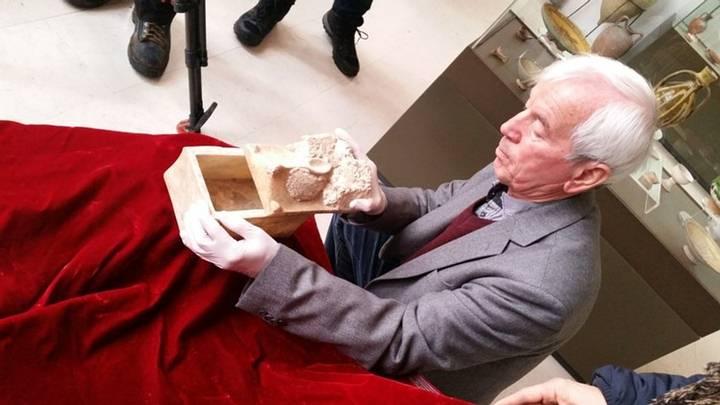 El profesor Kasimir Popkonstantinov y un relicario de mármol que potencialmente contiene huesos de Juan el Bautista.