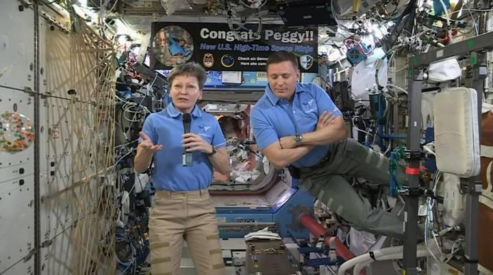 Los astronautas Peggy Whitson y Jack Fisher durante la videollamada de Donald Trump. El motivo principal del evento fue felicitar a Whitson por convertirse en la astronauta estadounidense con mayor permanencia en el espacio: 534 días.