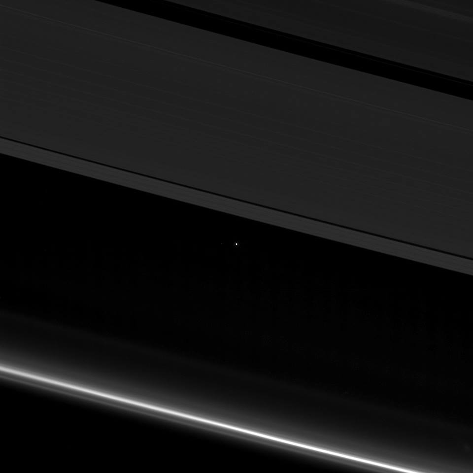La sonda Cassini capturó esta vista del planeta Tierra entre los anillos de Saturno el pasado 13 de abril de 2017. Crédito: NASA/JPL Caltech.