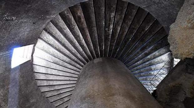 «Tenía en el centro una cámara sepulcral a la que se accedía a través de tres corredores anulares concéntricos que permitían un recogimiento ritual muy particular».