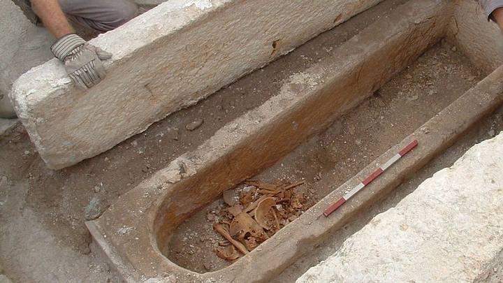 Sarcófago con los restos de la supuesta «mujer santa».