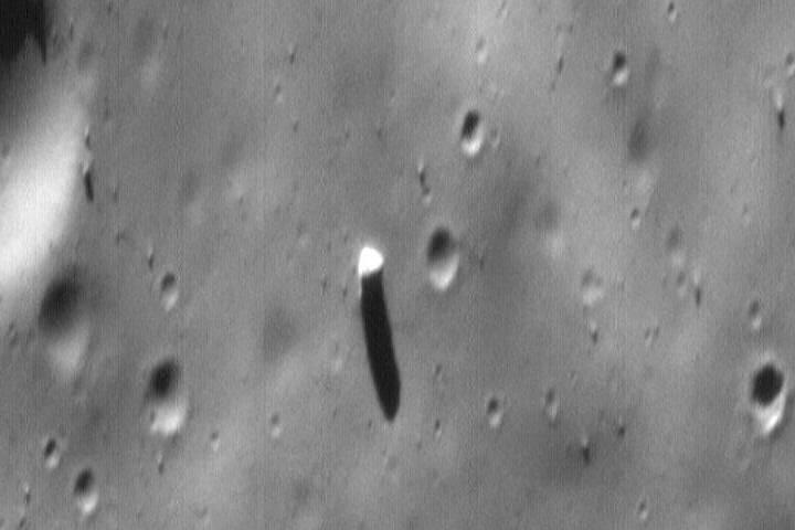 La misión japonesa también podría ayudar a revelar finalmente el misterio sobre el origen del monolito que se erige en Fobos. Imagen: Mars Global Surveyor/NASA, 1998.