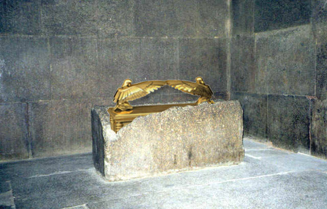 Recreación artística del Arca de la Alianza dentro del sarcófago de la Cámara del Rey, en la Gran Pirámide de Guiza. Crédito: MysteryPlanet.com.ar.