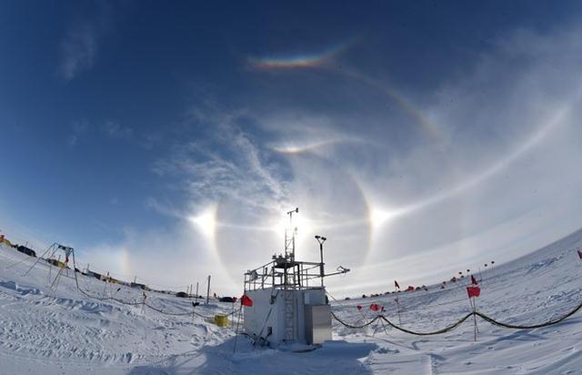 Instrumentos AWARE posicionados en el campo WAIS Divide de la Antártida Occidental.