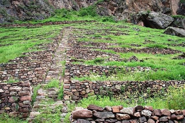 Escalones que llevan a Ñaupa Huaca.