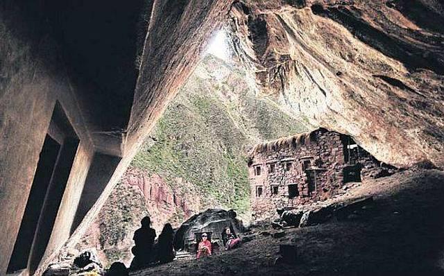 Muro interior de la cueva con la «puerta falsa».