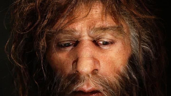 Rostro hiperrealista de un neandertal exhibido en una cueva del nuevo Museo Neandertal en Krapina, Croacia.