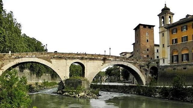 El puente de Fabricio es el más antiguo de Roma y el que mejor se conserva de la época del Imperio romano.