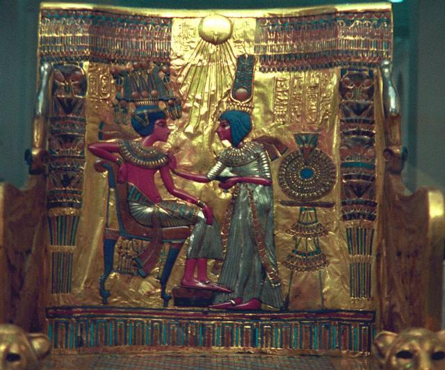 Respaldo del trono enchapado en oro de Tutankamón. Se ve al joven rey junto a su esposa Anjesenamón con la corona de Gran Esposa Real prodigándole cuidado.