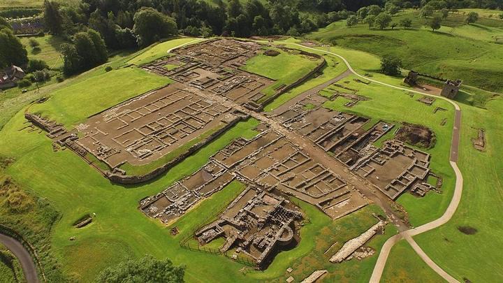 Las tablillas de madera han sido excavadas en el fuerte romano de Vindolanda (foto), junto a la Muralla de Adriano, al norte de Inglaterra.