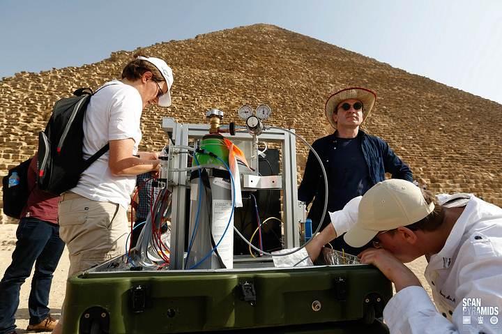 Colocación de un telescopio de muones del CEA, la Comisión de Energía Atómica de Francia.