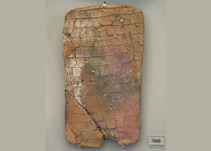 En sus escrituras, los micénicos de la Edad de Bronce utilizaban una forma temprana de griego llamada Linear B. Precedió en varios siglos al uso del alfabeto para escribir la lengua griega.