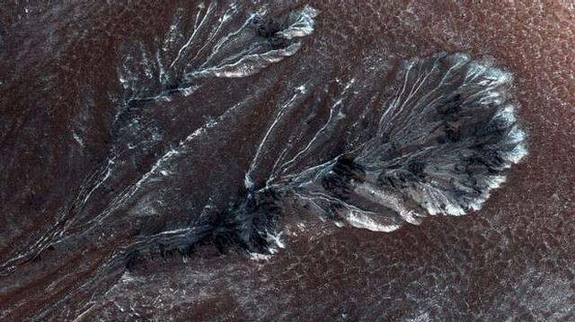 Escarcha (¿o nieve?) estacional fotografiada en Marte.