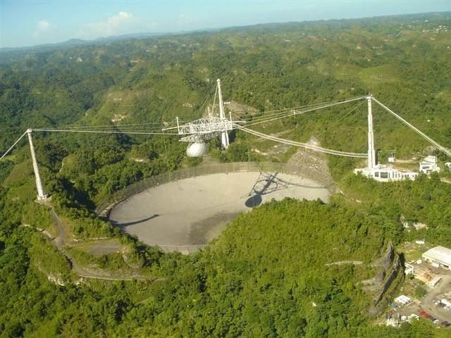 El radiotelescopio de Arecibo está situado en Arecibo, Puerto Rico, al norte de la isla.