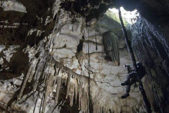 El ingeniero Corey Jaskolski escanea la entrada del cenote Holtun en Chichén Itzá.