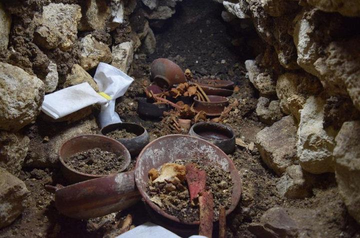 Durante la excavación de la Sepultura 80 se descubrió un cuenco de piedra rodeado de huesos.