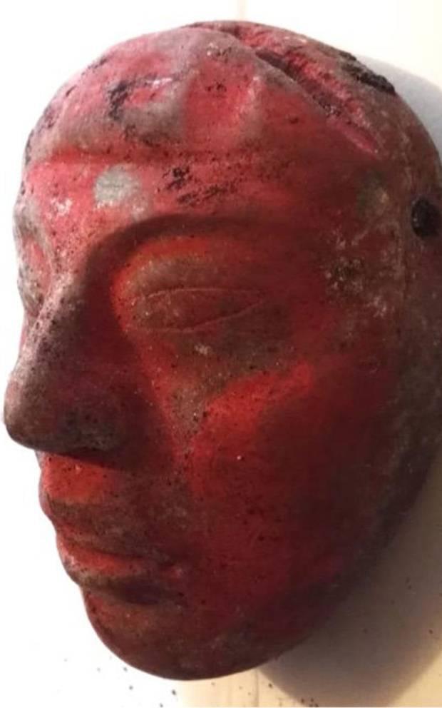 Máscara de jade hallada en la tumba, pintada con piigmento de bermellón.