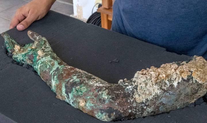 El brazo de bronce hallado.