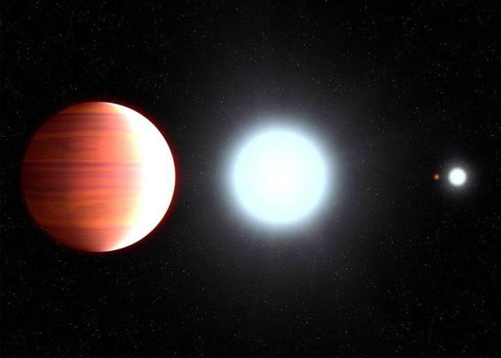 Recreación de Kepler-13Ab, que gira muy cerca de su estrella anfitriona, Kepler-13A. Al fondo, la compañera binaria de la estrella, Kepler-13B, y el tercer miembro del sistema de estrellas múltiples es la estrella enana naranja Kepler-13C.