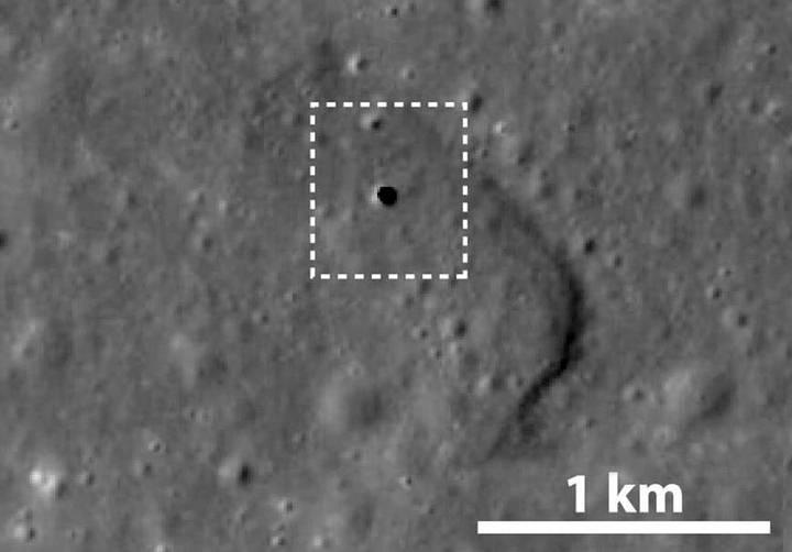 Esta foto tomada por Kaguya muestra un agujero de 50 metros en la superficie lunar que conduce a una cueva que se extiende por 50 km. Crédito: JAXA.