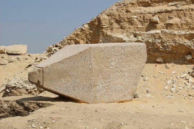 El fragmento de obelisco descubierto en Saqqara.