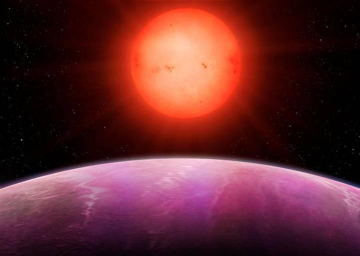 El planeta orbita muy cerca de su estrella.