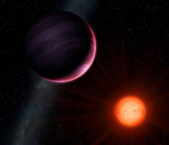 El planeta tiene un 25 % del radio de su estrella anfitriona. En comparación, Júpiter tiene solo el 10 % del de nuestro sol.