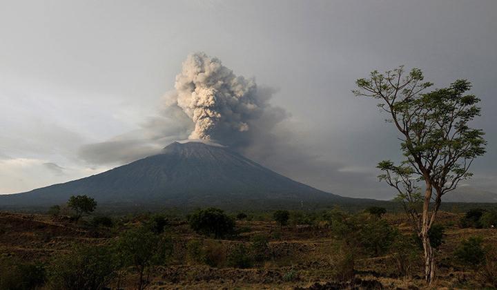 El volcán Agung visto desde Kubu, Bali, Indonesia, 28 de noviembre de 2017.
