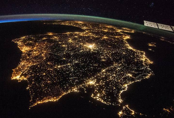 Esta imagen tomada desde la ISS muestra las luces artificiales de España y Portugal. Crédito: NASA.