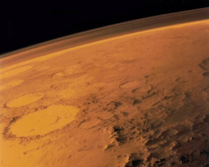 Imagen tomada por la sonda espacial Viking I en junio de 1976. En ella se muestra la delgada y polvorienta atmósfera de Marte. Crédito: NASA/Viking I.