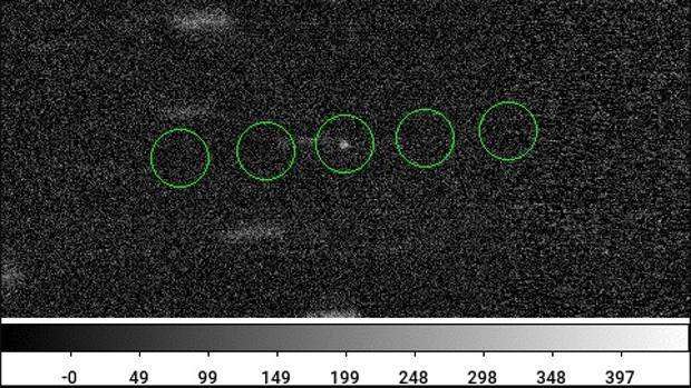 U1, a su paso a través del Sistema Solar en imágenes tomadas con el telescopio WIYN . Las rayas débiles son estrellas de fondo. Los círculos verdes resaltan la posición de U1 , aproximadamente 10 millones de veces más débil que las estrellas más tenues visibles a simple vista.