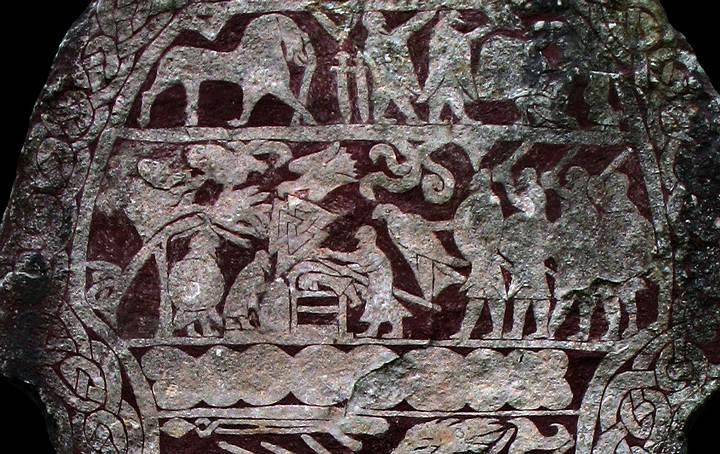 Piedra rúnica de Stora Hammars I. Observamos un valknut entre lo que parecen muchos guerreros.