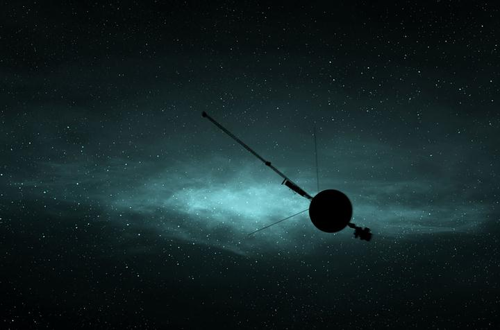 Las sondas Voyager son las naves espaciales que más lejos han viajado de todas las que han sido lanzadas desde nuestro planeta al espacio exterior. Una de ellas, la Voyager 1, entró en el espacio interestelar en el año 2012 y se encuentra actualmente a una distancia de 21.000 millones de km de la Tierra, el récord para un aparato terrestre.