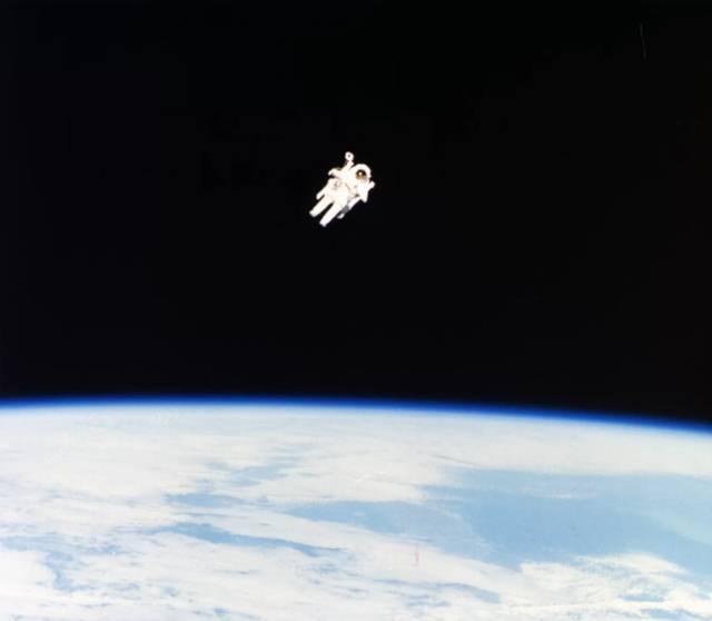 El astronauta Bruce McCandless II haciendo la primera caminata espacial sin ataduras, 7 de febrero de 1984.