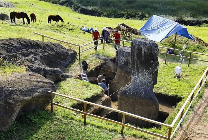 jo-anne-van-tilburg-excava-en-la-isla-de-pascua