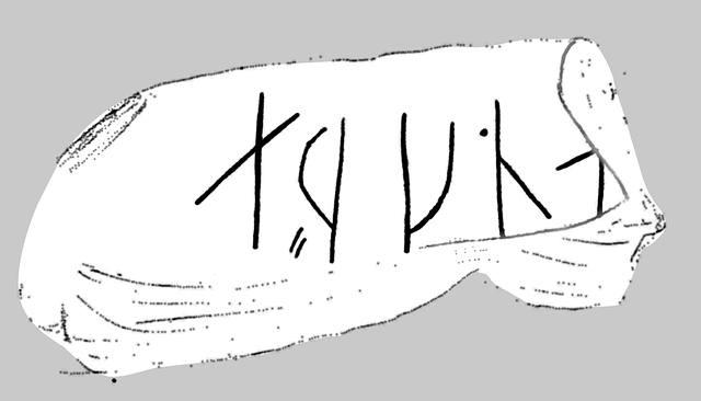 Detalle de las runas grabadas en la piedra de afilar.