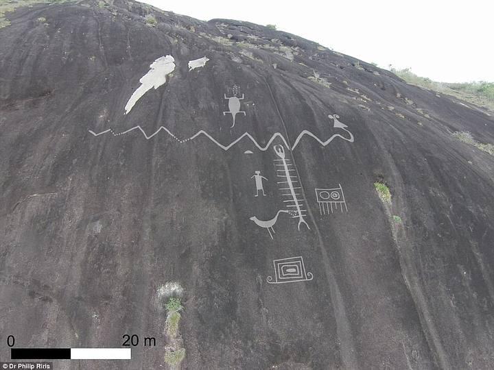 Uno de los grabados muestra una serpiente con cuernos que mide más de 30 metros de largo.