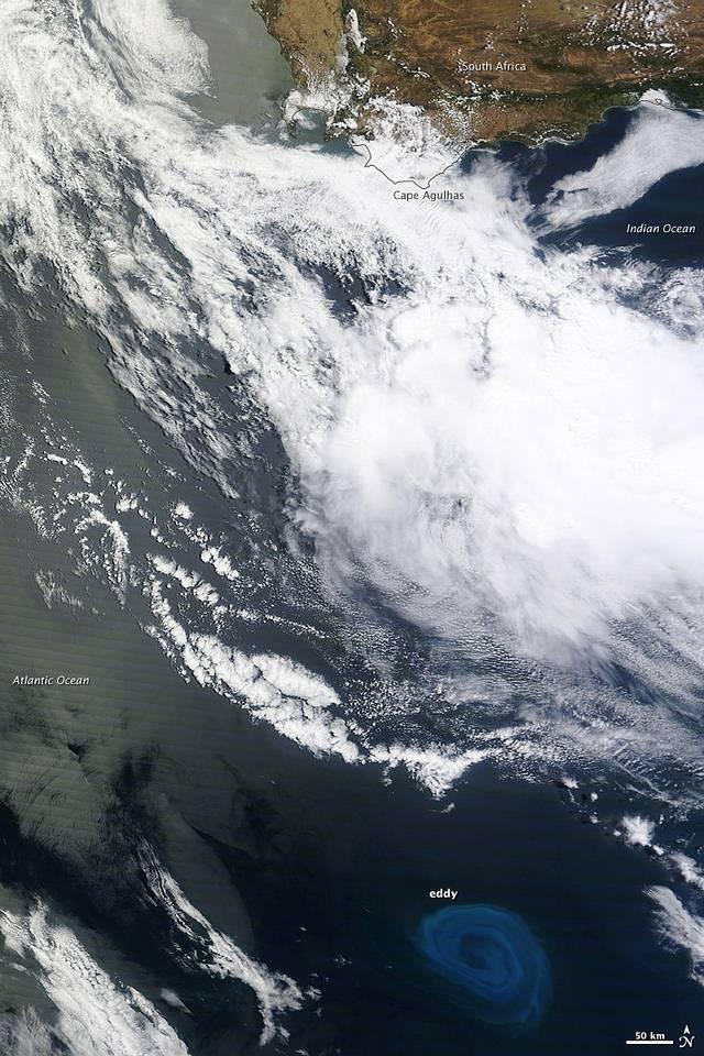 En esta imagen tomada en diciembre de 2011 por el satélite Terra de la NASA, un gran torbellino puede verse cerca de Sudáfrica. Su tono azulado resalta debido a los afloramientos de plancton que arrastra.