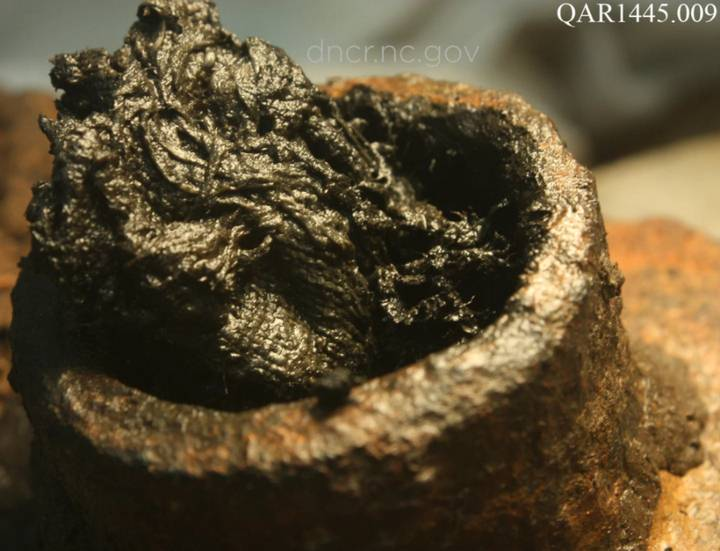 Los investigadores encontraron 16 fragmentos pequeños de papel en una masa de residuos mojados dentro de una cámara de retrocarga de un cañón (foto)