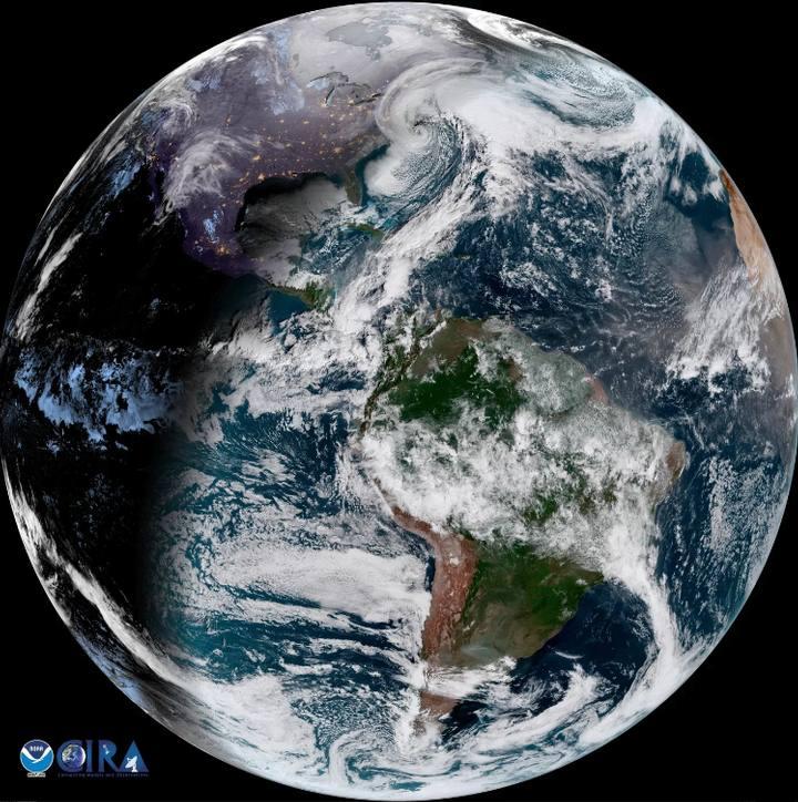 Esta vista del disco terrestre completo lograda por el satélite GOES-East muestra una tormenta arremolinándose sobre un ensombrecido Estados Unidos. Enero 4, 2018, 8:30 a.m. EST (1330 GMT). Crédito: NOAA