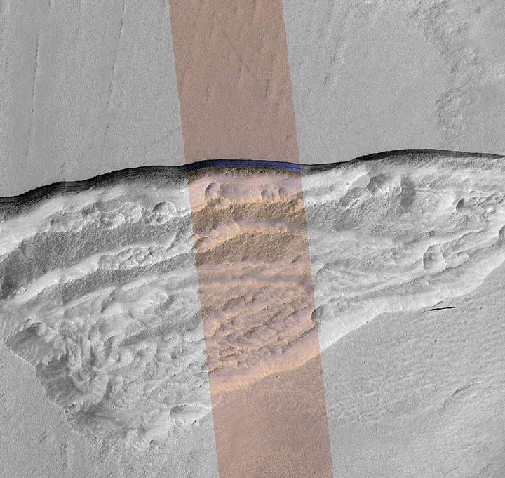Pendiente escarpada en el borde norte de Marte que expone una sección transversal de una gruesa capa de hielo de agua subterránea. La imagen es de la cámara HiRISE de Mars Reconnaissance Orbiter de la NASA.