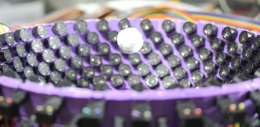 La partícula de espuma de poliestireno de 1,6 cm (1,88 longitudes de onda de sonido) atrapada en el centro de un generador ultrasónico de 40kHz de vórtices virtuales. Crédito: Universidad de Bristol.