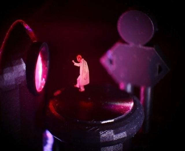 Los científicos crearon una mariposa que parece revolotear sobre un dedo y la imagen de un estudiante que imita a Leia en la escena de la película.