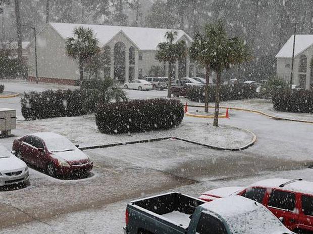 La extraña tormenta invernal que azota al sureste de EE.UU. ya provocó que nevara por primera vez en tres décadas en Florida.